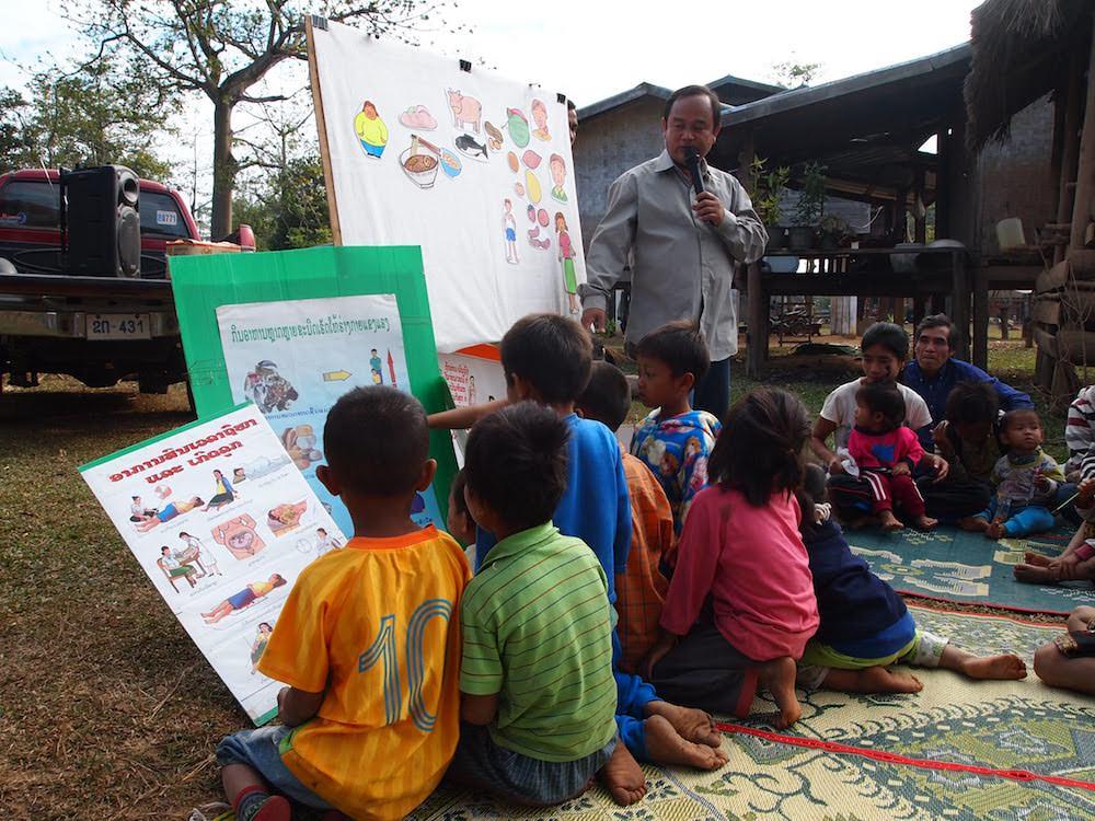 カンペータイ地区ケンペー村で食べ物と栄養について学ぶ子どもたち